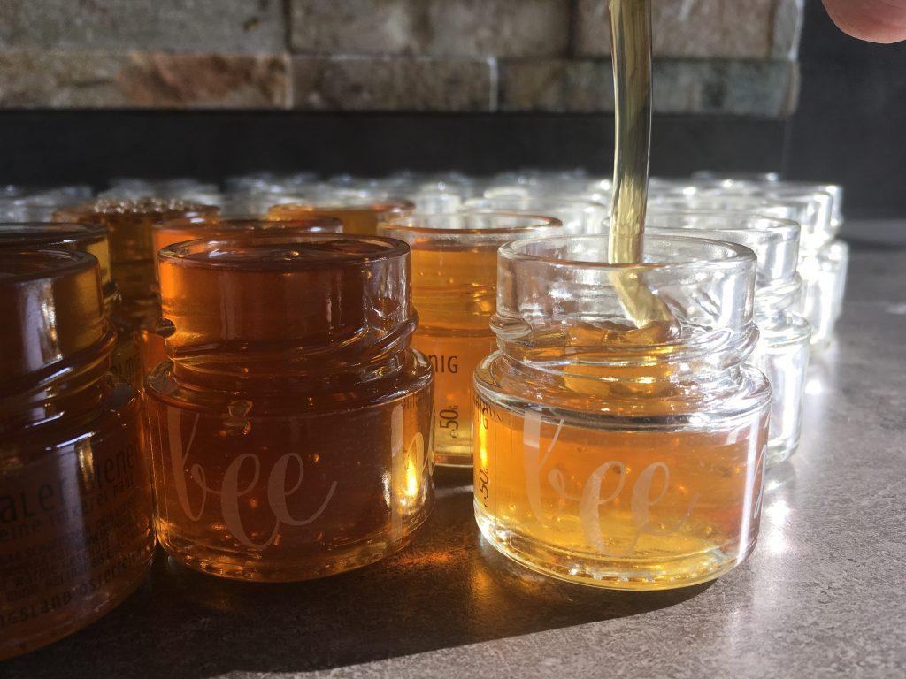 Honig abgefüllt